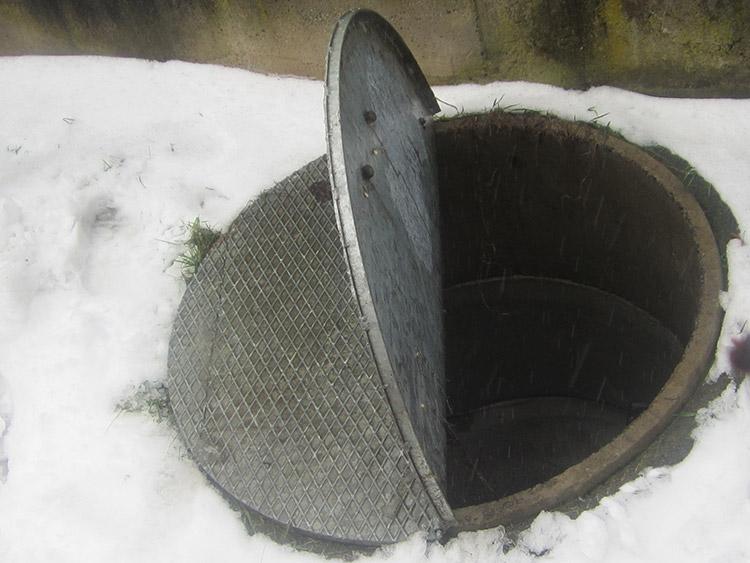Kovový poklop na kanál kruhového tvaru